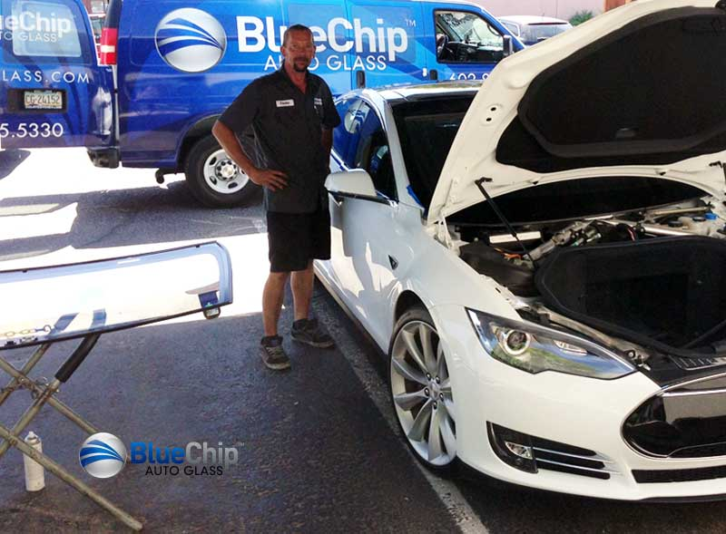 auto glass replacement technician